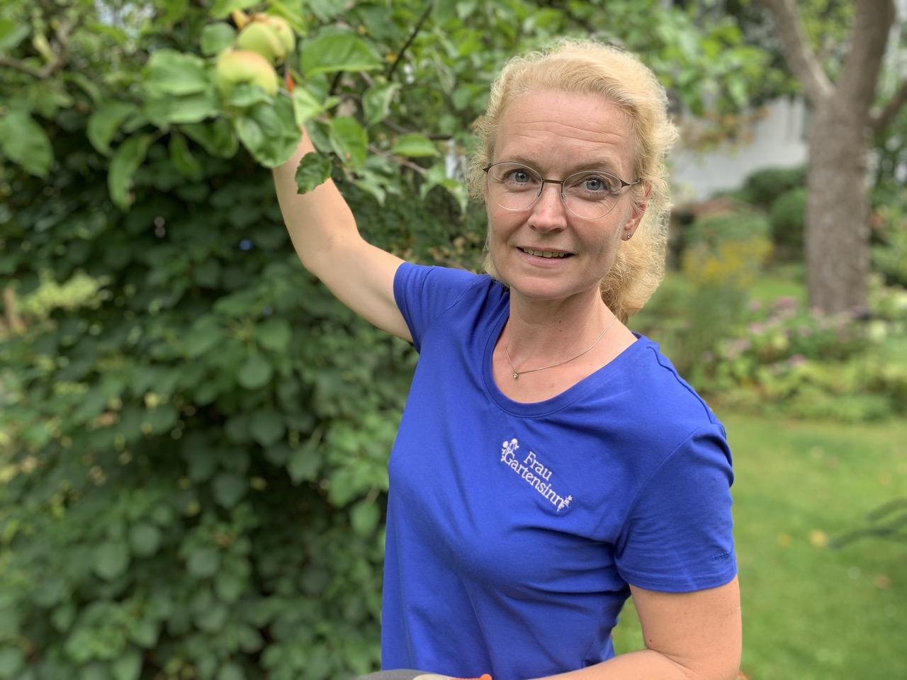 Frau Gartensinn im Garten