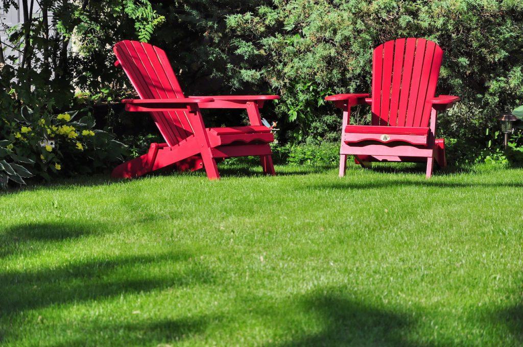 Rasen und Stühle